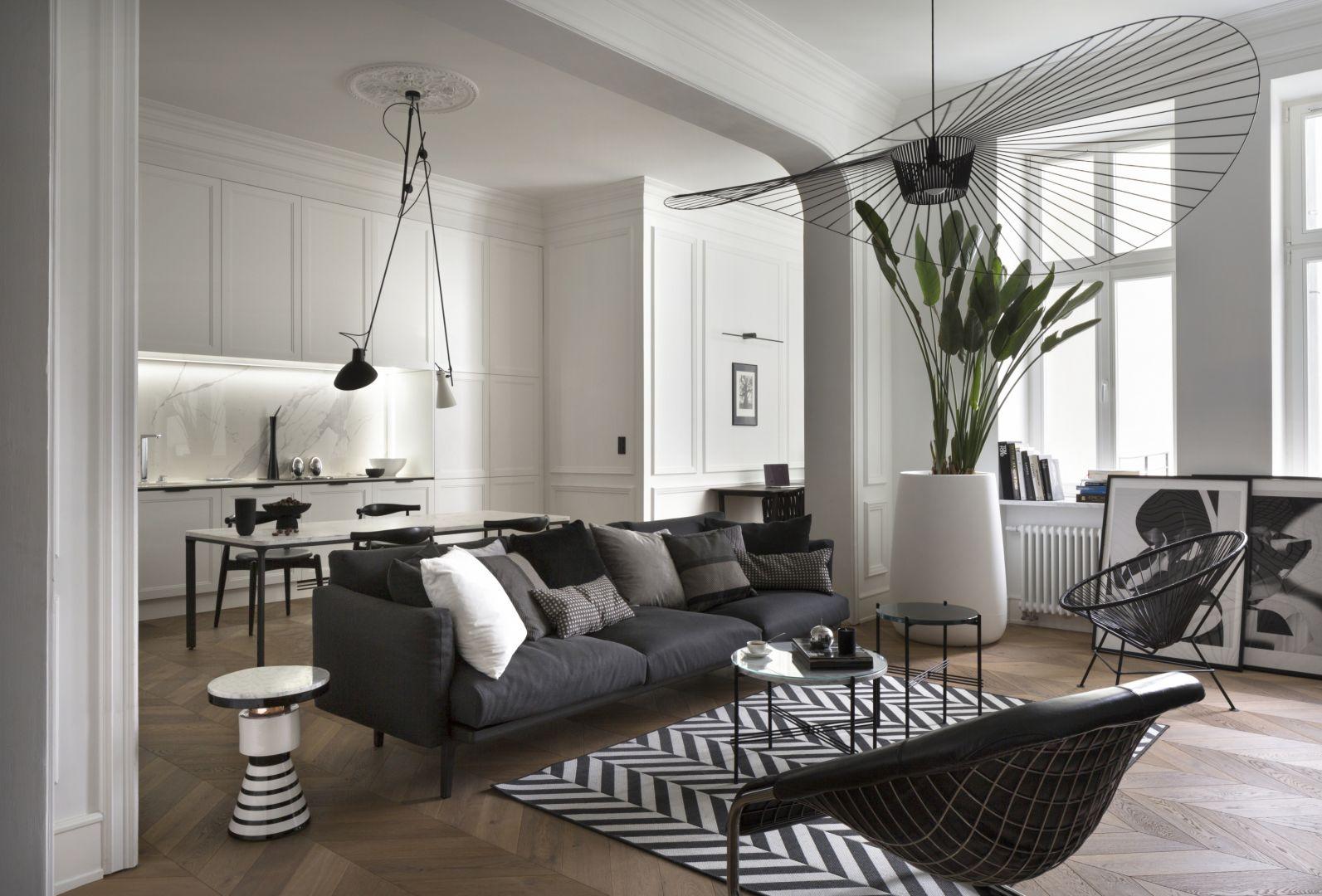 Czarno-biały salon urządzono elegancko i stylowo. Projekt: Goszczdesign. Fot. Piotr Mastalerz