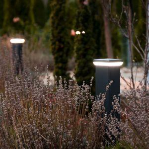 Oświetlenie jest też niezbędne w wypoczynkowej części ogrodu. W pierwszej kolejności powinniśmy zadbać o nie w okolicach tarasu, altany czy grilla. Fot. Plast-Met Systemy Ogrodzeniowe