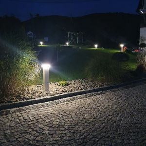 Planując ogrodową aranżację, warto połączyć funkcje użytkowe i dekoracyjne lamp ogrodowych. Fot. Plast-Met Systemy Ogrodzeniowe
