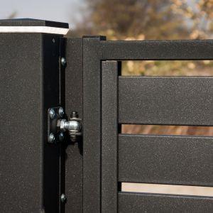 Lampy zamocowane na ogrodzeniu skutecznie oświetlą bramę wjazdową. Fot. Plast-Met Systemy Ogrodzeniowe