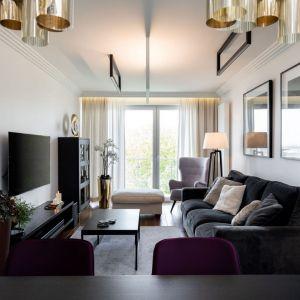 Czarno-biały salon w wersji nowoczesnej, ale przytulnej. Projekt: Dekorian Home x Architaste. Fot. Dominika Wilk