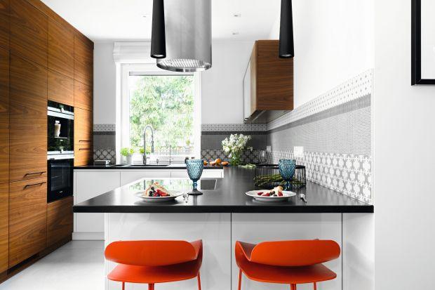 Meble kuchenne na wymiar zwyczajowo zamawiamy u stolarza bądź w studiu kuchennym. Wysoka jakość i skrojenie na miarę potrzeb, sprawiają że coraz chętniej je wybieramy.