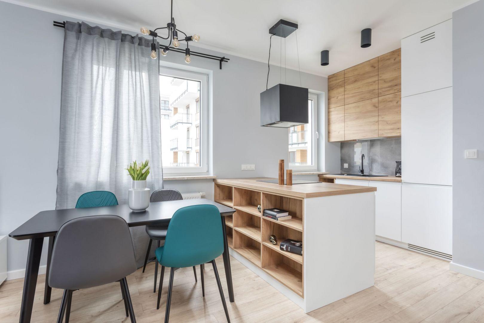 Mała kuchnia w bloku połączona z jadalnią. Projekt: Deer Design. Fot. Michał Młynarczyk