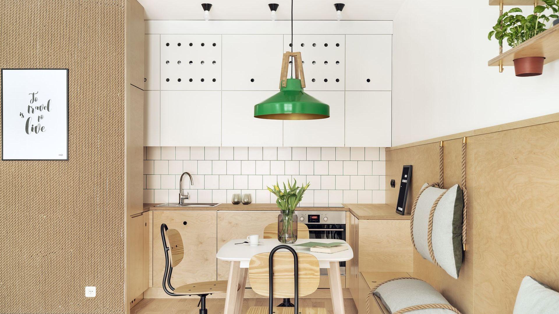 Mała kuchnia w bloku w jasnych kolorach. Projekt: Maka Studio (Daria Pawlaczyk, Aleksandra Kurc). Fot. Tom Kurek