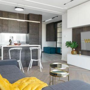 Mała kuchnia w bloku połączona z salonem. Projekt: LOFFT architektura Małgorzata Hendrych-Lubińska. Fot. AQForm