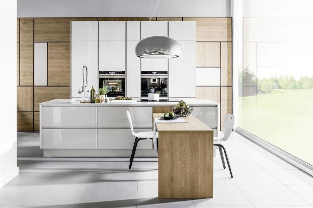 Wysoka zabudowa w kuchni to rozwiązanie, które efektownie prezentuje się w otwartej strefie dziennej, ale też daje więcej możliwości. Pojemna spiżarka, ukryty sprzęt AGD - to tylko nieliczne z jej zalet.
