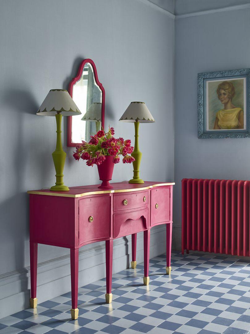 Annie Sloan Chalk Paint™ konsola lustro i wazon w kolorze kolorze Capri Pink