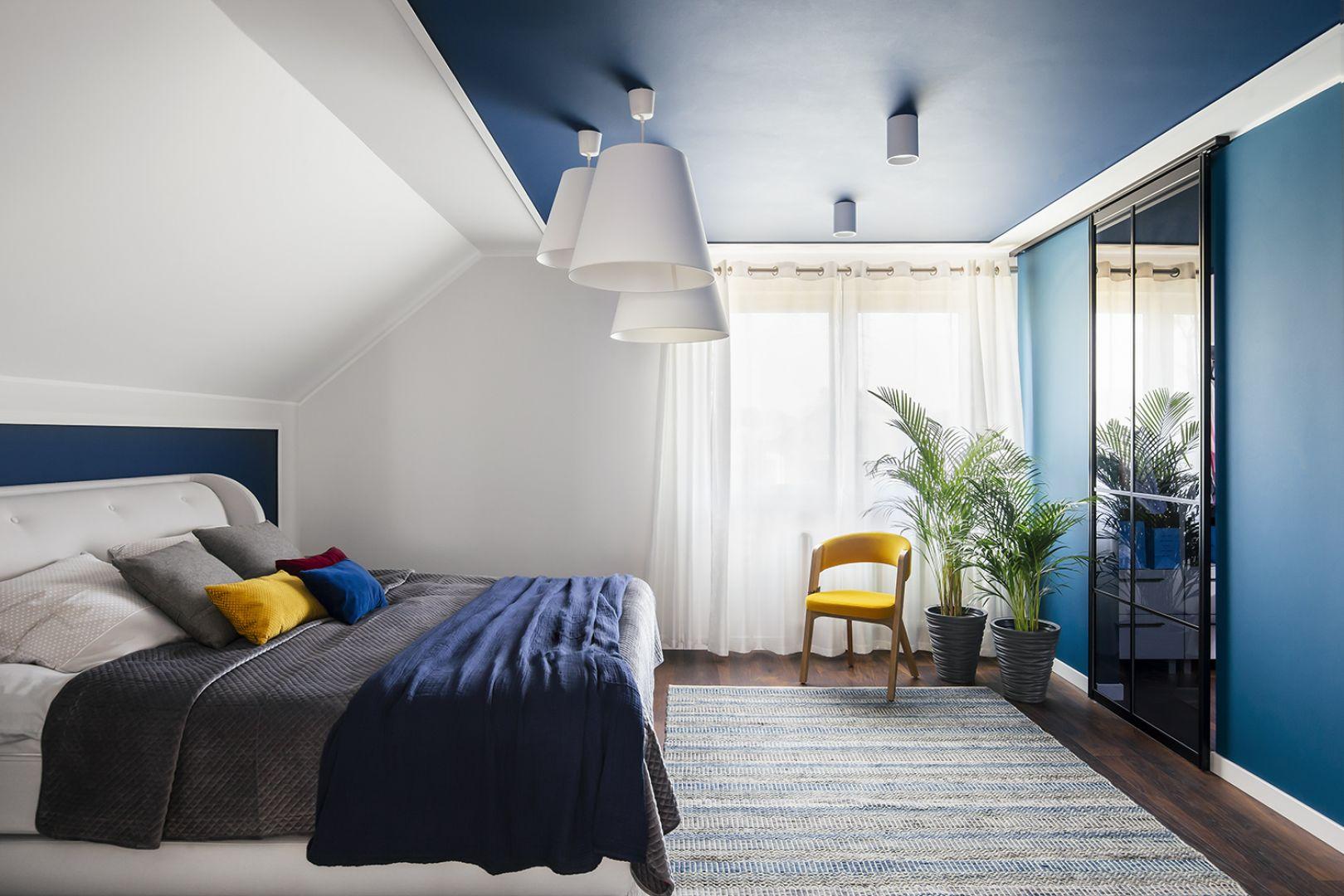 Kolor niebieski w sypialni. Projekt Sylwia Kowalczyk-Gajda, Anna Lemańczyk. Fot. Kroniki Studio