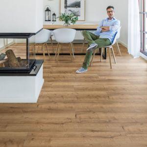 Struktura oraz format podłogi powinny pasować do całej aranżacji salonu oraz wyposażenia. Fot. wineo