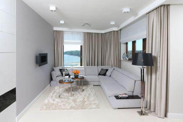 Szary salon jest modny elegancki i ponadczasowy. W nowoczesnym wnętrze zaprezentuje się piękne i stworzy neutrale tło dla różnorodnych pomysłów aranżacyjnych.