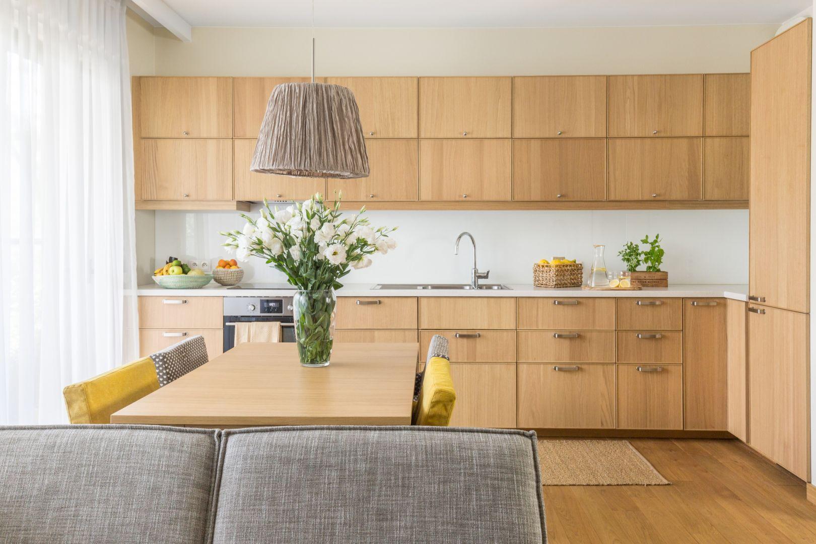 Drewno przywodzi na myśl prostotę, spokój i harmonię, a jednocześnie jest szykowne i eleganckie. Projekt Dorota Kudła. Fot. Pion Poziom