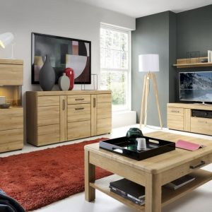 Meble do salonu w kolorze drewna z kolekcji Cortina. Dostępne w ofercie firmy Meble Wójcik. Fot. Meble Wójcik