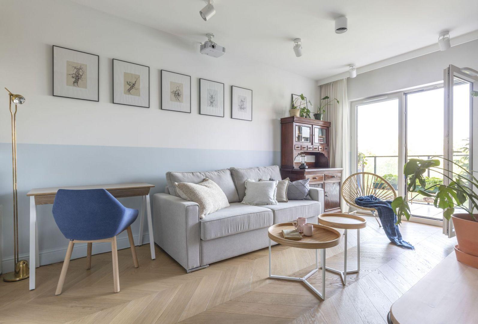 Dwa okrągłe stoliki o różnej wielkości w salonie. Projekt: Joanna Dziurkiewicz, Tworzywo studio. Fot.  Pion Poziom