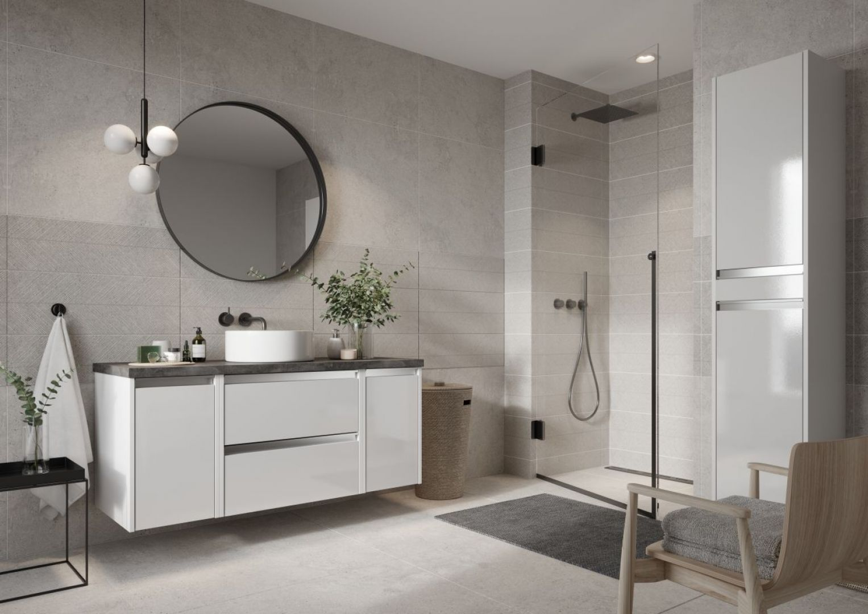 Odcienie czerni, antracytu czy granatu w łazience, mającej zyskać funkcję przytulnej, idealnie sprawdzą się w roli dodatków np. dozownika na mydło, ręcznika czy kubeczka na szczoteczki do zębów. Fot. Defra
