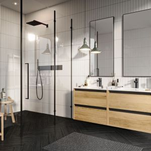 Przytulna łazienka to taka, w której goszczą jasne, ale ciepłe odcienie. Świetnie sprawdzą się barwy miodu czy piasku zarówno na ścianach, jak i pod postacią dodatków oraz dekoracji. Fot. Defra