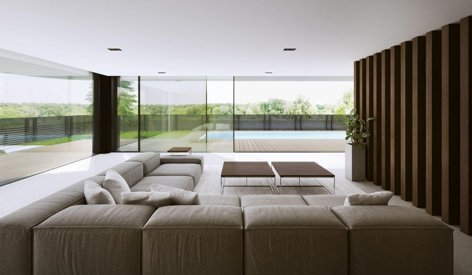 Ekspozycja salonu na przydomowy ogród za pomocą panoramicznych przeszkleń zapewni nieskrępowany dostęp do widoków na zewnątrz, relaks  oraz rozświetli wnętrze i nada bryle nowoczesnego, oryginalnego charakteru Fot. Aluprof