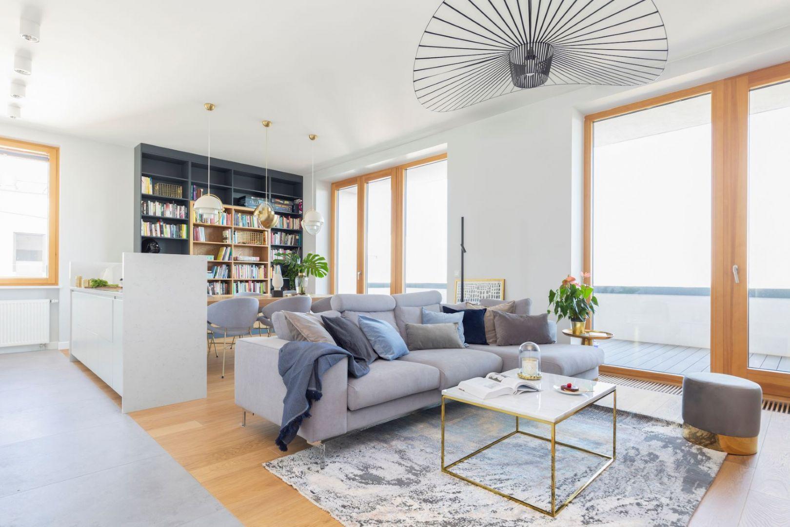 Biały salon z drewnem jest jasny i przestronny. Projekt: Renee's Interior Design Fot. Marta Behling Pion Poziom - Fotografia Wnętrz