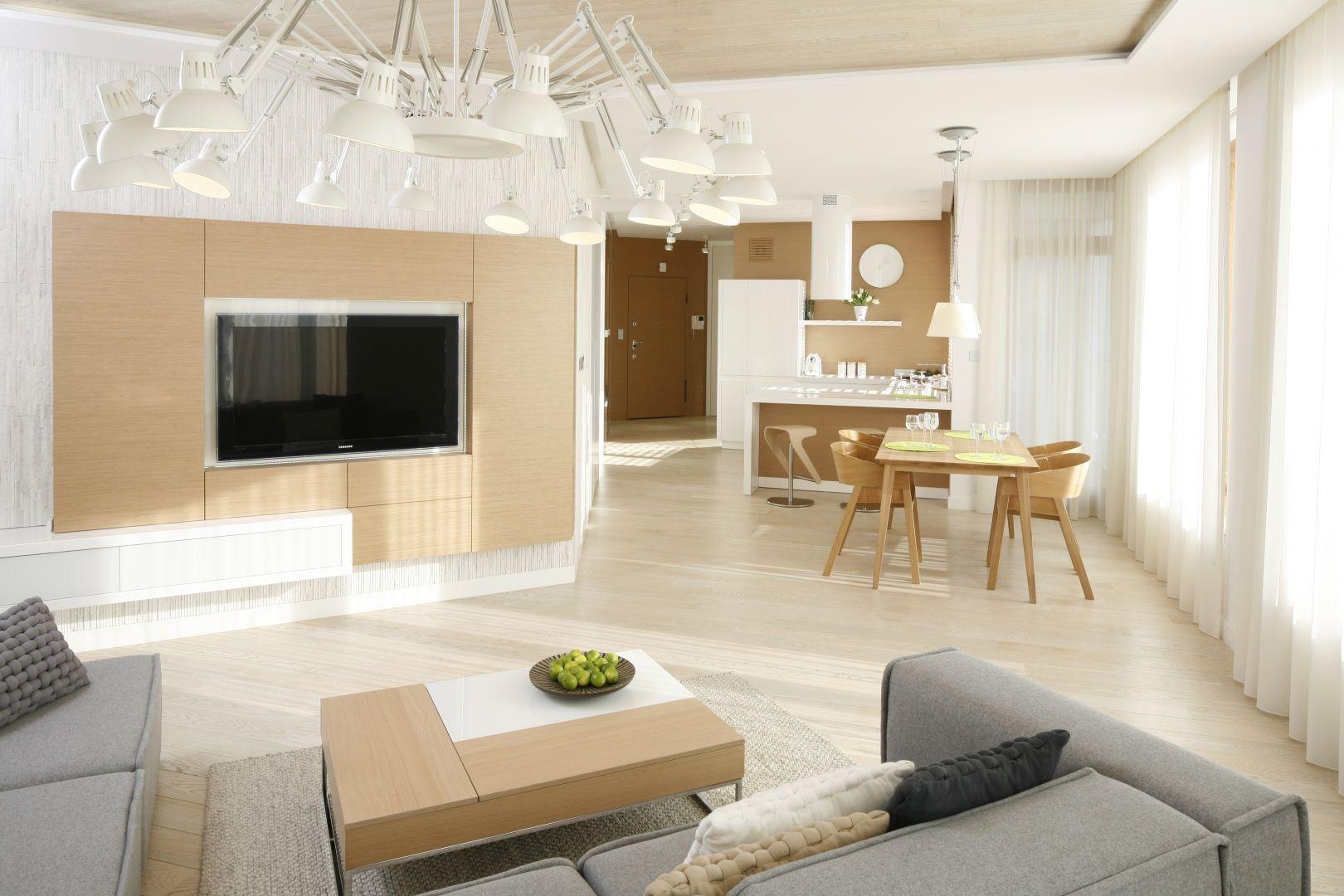Biały salon z drewnem w skandynawskim stylu. Projekt: Maciej Brzostek. Fot. Bartosz Jarosz