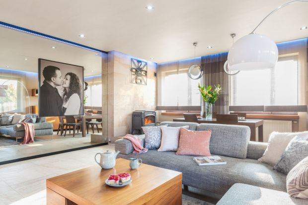 Ten rodzinny dom zaprojektowano z dbałością o każdy detal.Wnętrze jest jasne, przestronne, wygodne i nowoczesne.Połączenie bieli, szarości i drewna nadaje mu ponadczasowy charakter.<br /><br /><br />