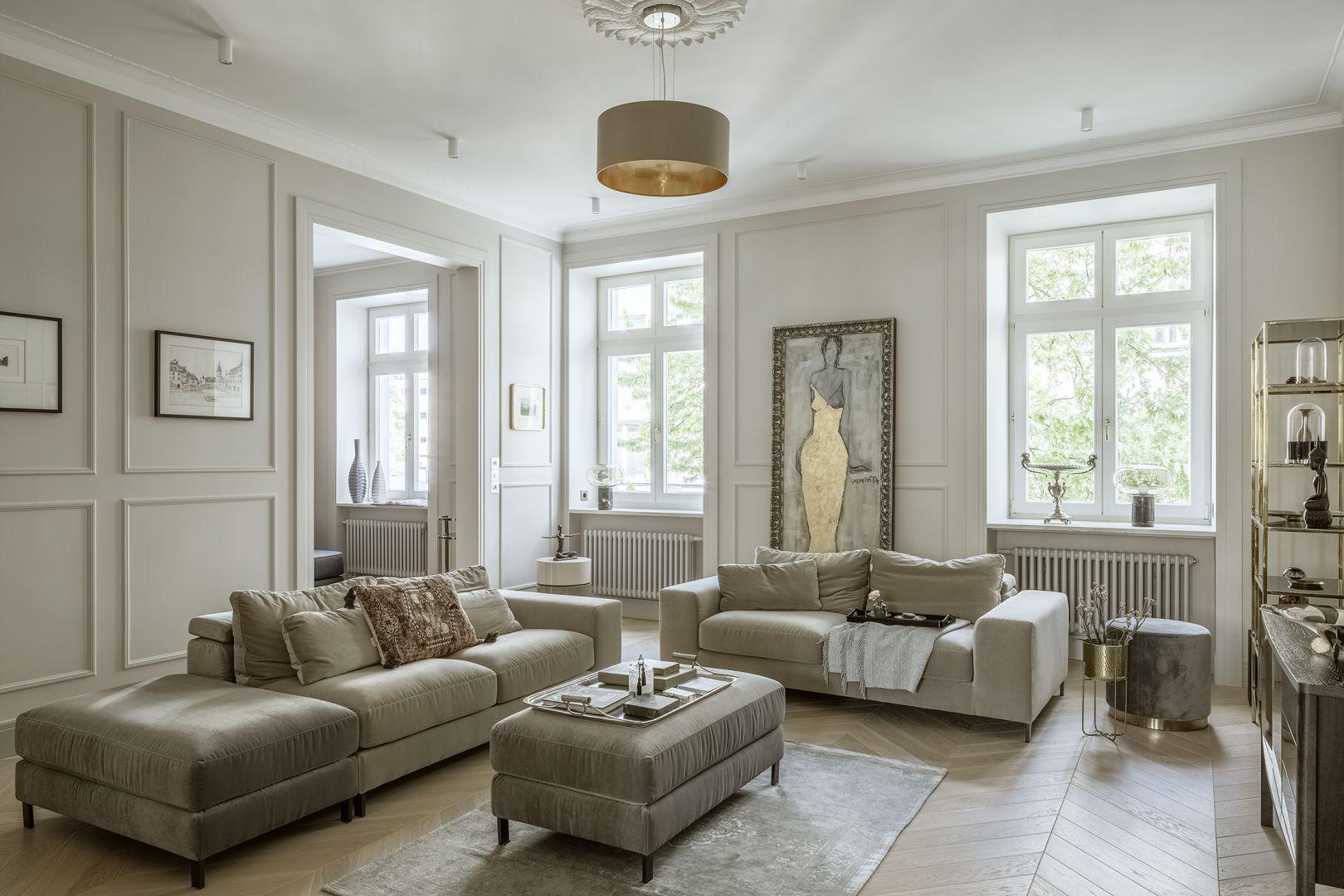 Piękny klasyczny salon z podłogą w jodełką i sztukaterią na ścianach. Projekt: Hola Design. Fot. Yassen Hristov