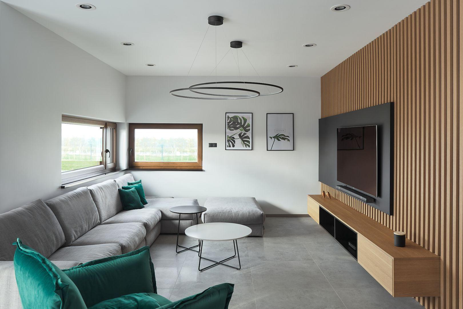 Podłoga i ściany w nowoczesnym salonie. Projekt: Estera i Robert Sosnowscy. Fot. Studio MM