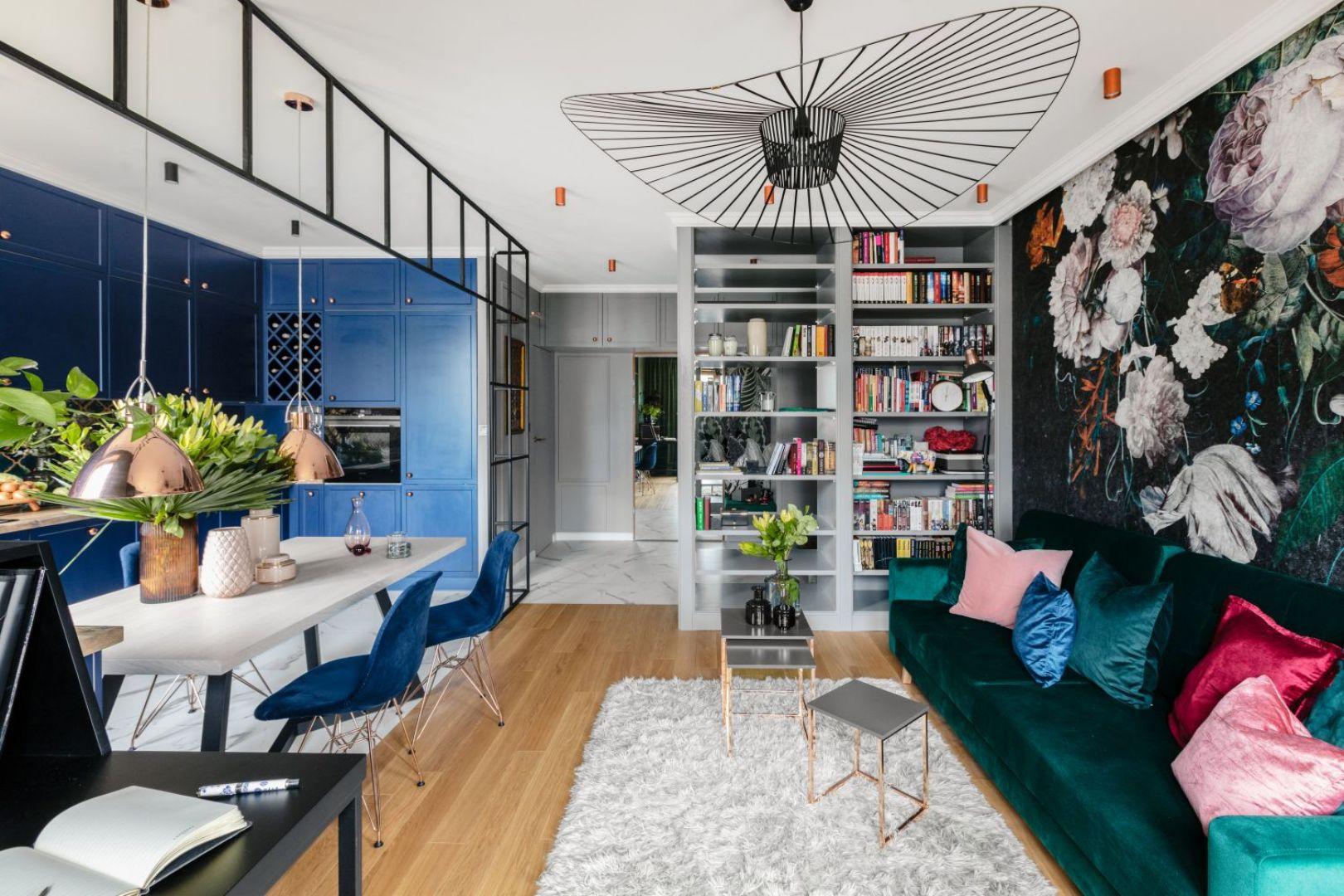 Zielona sofa w salonie.Projekt Marta Wierzbicka-Patejuk. Fot. Aleksandra Dermont