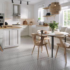 Płytki ceramiczne Patchwork vertigo marki Opoczno w klasycznie urządzonej kuchni.