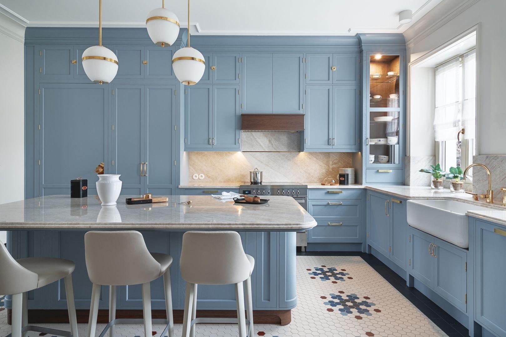 Kuchnia klasyczna w modnym niebieskim kolorze. Projekt JT Group. Fot. Tom Kurek