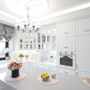 Klasyczna kuchnia w domu jednorodzinnym. Projekt Edyta Niewińska. Fot. Bartosz Jarosz