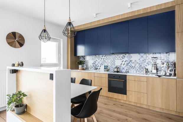 W małych kuchniach, także tych otwartych na salon idealnie sprawdza się zabudowa kuchenna poprowadzona na jednej ścianie. Może być ona subtelnym tłem dla całej aranżacji, bądź mocnym akcentem stylistycznym we wnętrzu.