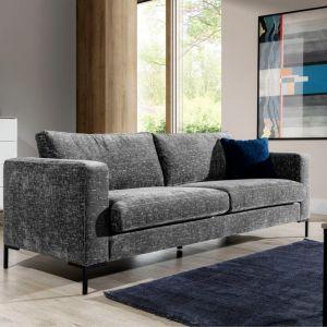 Sofa do małego salonu w szarym kolorze z kolekcji Rotterdam 3. Dostępna w ofercie firmy Stagra Meble. Cena: Fot. Stagra Meble
