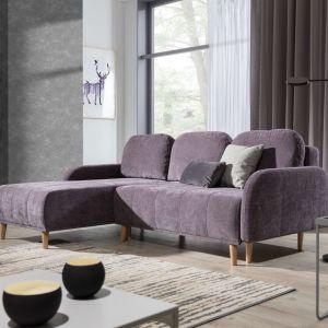 Narożnik do małego salonu w subtelnym fioletowym kolorze z kolekcji Domi. Dostępna w ofercie firmy Stagra Meble. Cena: Fot. Stagra Meble