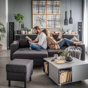 Sofa do małego salonu w szarym kolorze z kolekcji Silde. Dostępna w ofercie firmy Vox. Fot. Vox