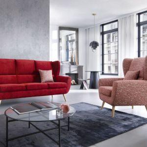 Sofa do małego salonu w czerwonym kolorze z kolekcji  Forli. Dostępna w ofercie firmy Gala Collezione. Fot.  Gala Collezione