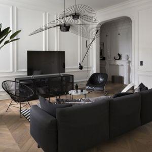 Dwa czarne fotele w stylowym salonie. Projekt: Goszczdesign. Fot. Piotr Mastalerz