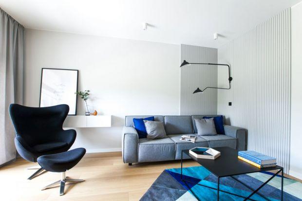 Jaki fotel wybrać do salonu? Zastanawiasz się? Szukasz inspiracji? Znajdziesz je w naszym przeglądzie. Zobacz piękne salony, w których przy sofie ustawiono fotele w różnych kolorach i w różnym stylu.