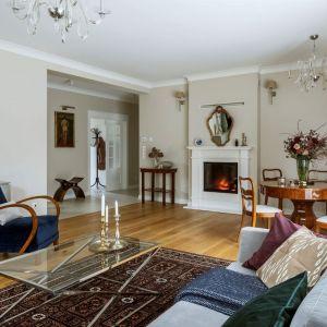 Niebieski fotel w klasycznym salonie. Projekt: Małgorzata Bacik, MM Architekci x Dekorian Home. Fot. Yassen Hristov