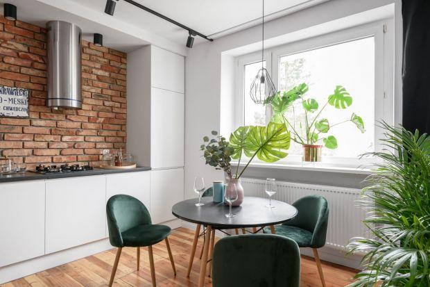 Otwarty aneks kuchenny to dobry sposób na optyczne powiększenie małego mieszkania oraz integrację życia rodzinnego. Aranżacja powstałej w ten sposób przestrzeni stanowi jednak niemałe wyzwanie.