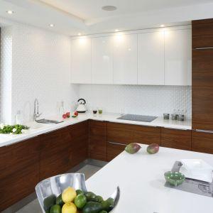 Białe płytki na ścianie nad blatem w kuchni. Projekt: Piotr Stanisz. Fot. Bartosz Jarosz