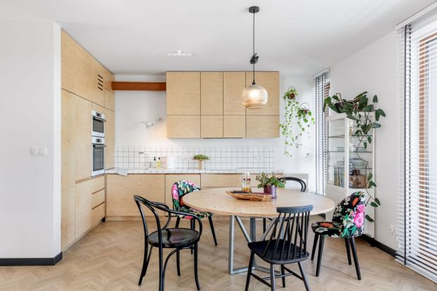 Płytki ceramiczne to idealny materiał do wykończenia ściany nad blatem w kuchni. Są trwałe i pięknie wyglądają. Są też bardzo modne. Zobacz świetne pomysł na wykończenie ściany nad blatem w kuchni z polskichdomów.<br /><br /&g