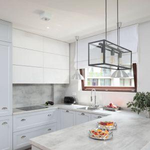 Szare płytki nad blatem w kuchni. Projekt: Wioletta Wójcik. Fot. Bartosz Jarosz