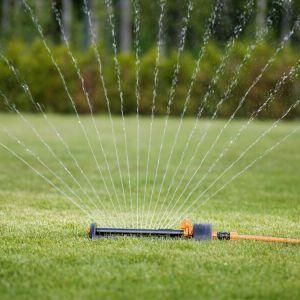 Zraszacz oszczędzający wodę. Fot. Fiskars