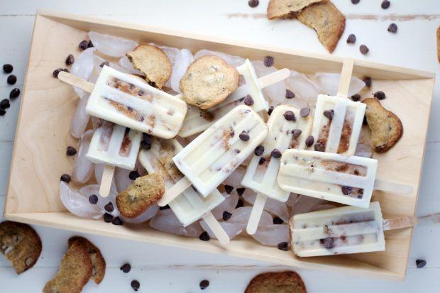 Naturalnie słodkie, przyjemnie chłodne i z miłą niespodzianka w środku… Takie właśnie są lody, kryjące w sobie kawałki ciasteczek. Bardzo proste w przygotowaniu, smaczne, a do tego wspaniale się prezentują.
