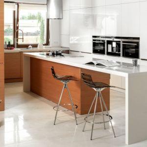 Wyspa w kuchni została przedłużona tak, że świetnie pełni rolę wygodnego stołu. Na zdjęciu: kuchnia model 006. Fot. Zajc Kuchnie