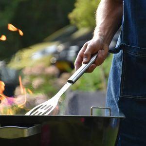 Pierwszym krokiem w czyszczeniu grilla węglowego powinno być wypalenie tłuszczu – za pomocą wysokiej temperatury usuwamy pozostały na ruszcie tłuszcz oraz resztki jedzenia. Fot. Jurga