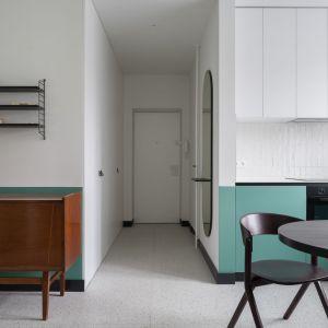 Szafki kuchenne w zielonym kolorze doskonale ożywiają stonowane wnętrze. Projekt: pracowni 3XEL. Fot. Dariusz Jarząbek