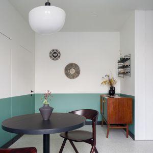 W kuchni wzrok przyciąga także nowoczesny stół z krzesłami w ciemnym kolorze. Projekt: pracowni 3XEL. Fot. Dariusz Jarząbek