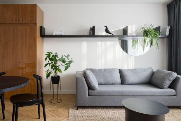 W niedużym 55-metrowym mieszkaniu architekci pięknie połączyli styl nowoczesny z elementami retro. We wnętrzu odnajdziemy oryginalne meble z okresu PRLi perły designu od znanych projektantów. Jest elegancko, ale i funkcjonalnie.<br /><