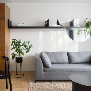 W salonie dominują jasna kolory – bieli oraz szarości. Projekt: pracowni 3XEL. Fot. Dariusz Jarząbek