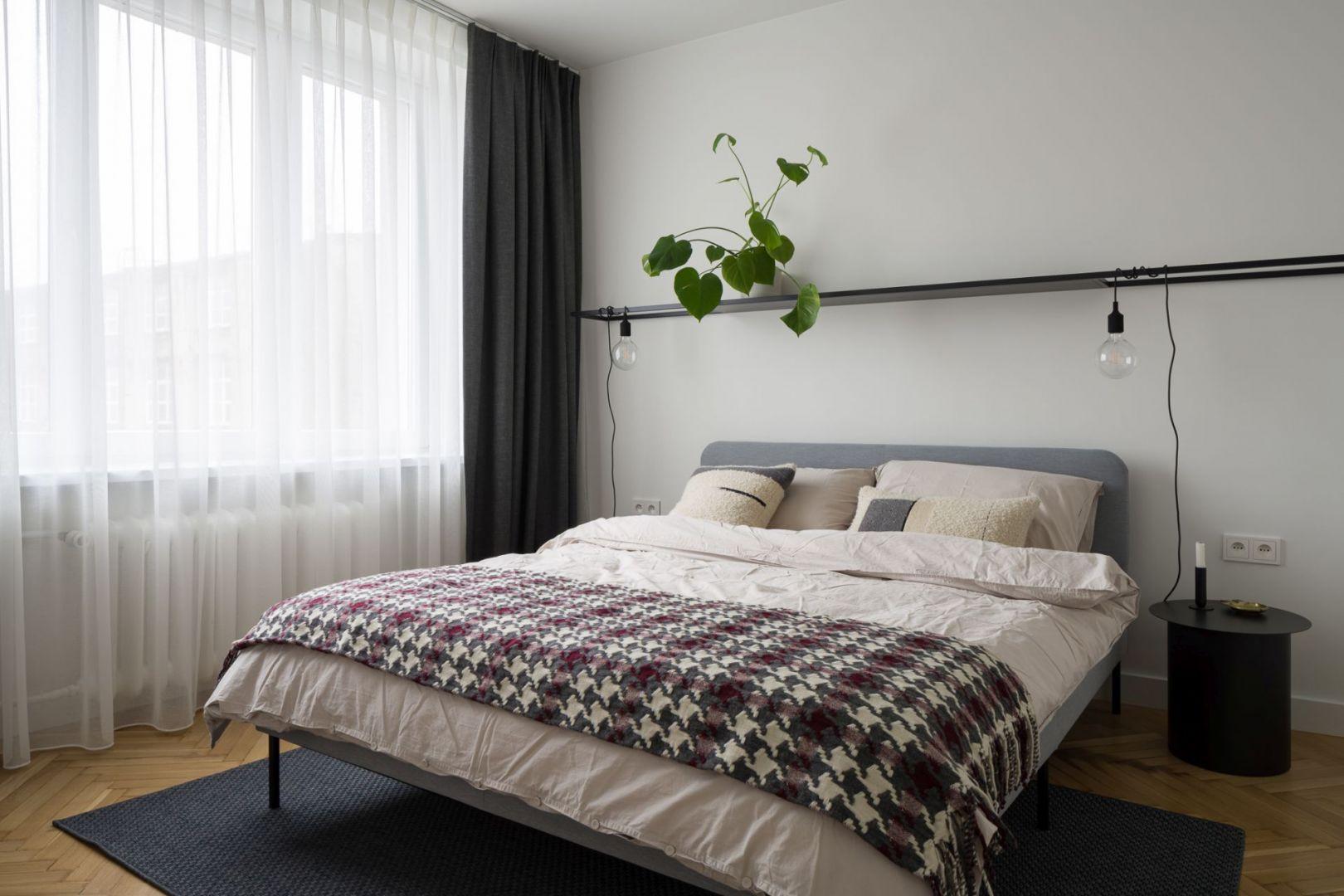 Wygodna, minimalistyczna sypialnia. Projekt: pracowni 3XEL. Fot. Dariusz Jarząbek